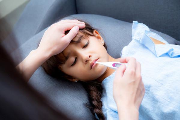 أعراض الحمى الفيروسية وأسبابها وعلاجها في المنزل