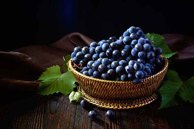 أهم 8 من فوائد العنب الاسود الصحية الخارقة