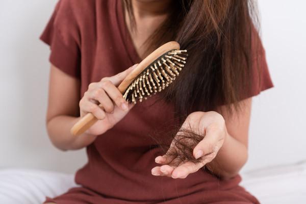 العلاجات المنزلية لتساقط الشعر