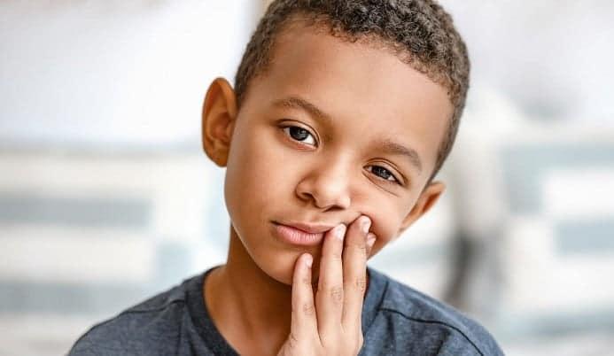 اتصرف مع سقوط الطفل على أسنانه الأمامية أونيلا