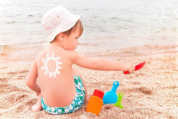 كيف تحمي طفلك من اشعة الشمس