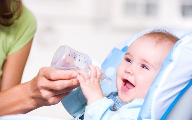 متى يمكن للطفل شرب الماء ؟