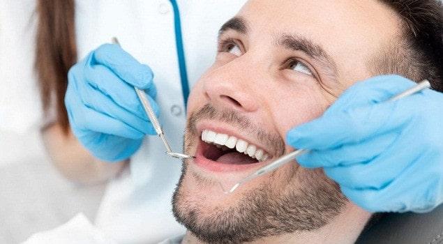 تنظيف الأسنان يزيل طبقة المينا