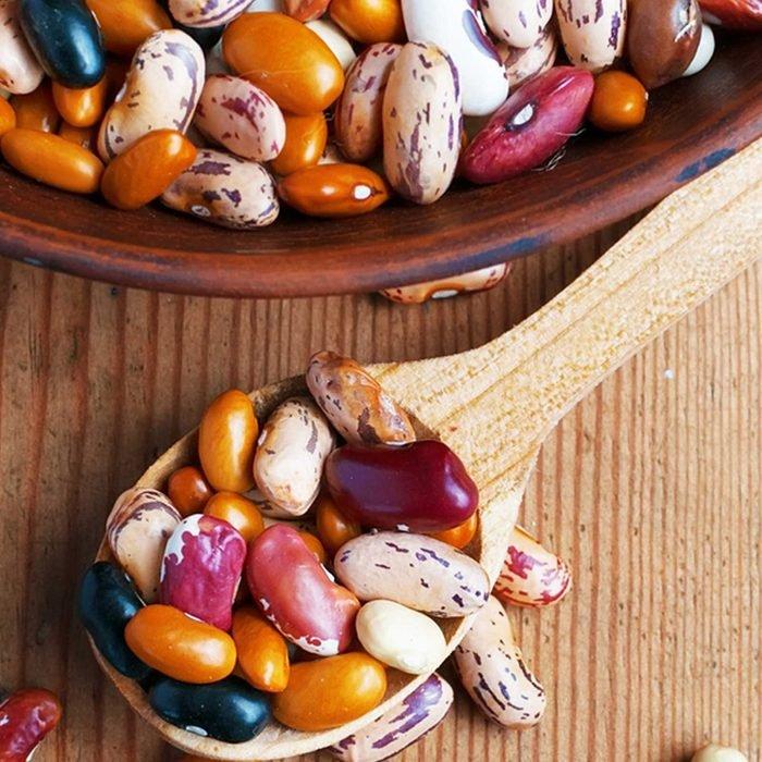 يتم خلط الفاصوليا الجافة المختلفة معًا في وعاء وملعقة