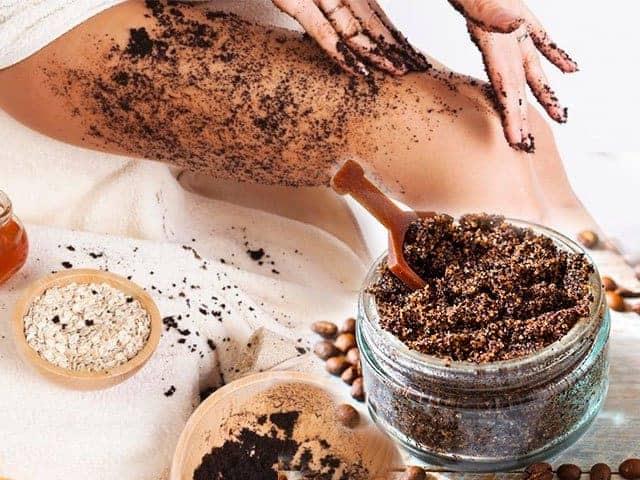 صور كيفية تطبيق مقشر القهوة بشكل صحيح على الجسم