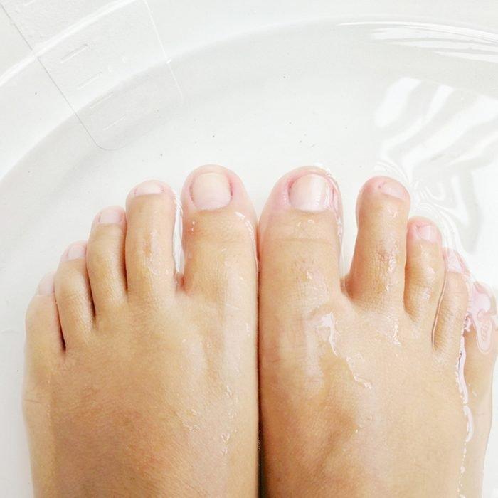 تنقع أقدام النساء في الحوض للاسترخاء والاستعداد لقص الأظافر.