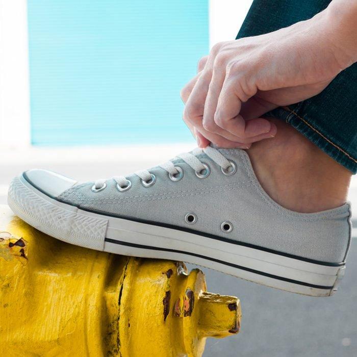 شخص يرتدي زوج من الأحذية.