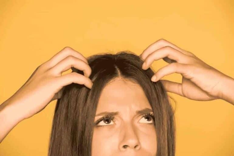 أسباب الحكة في الرأس وعلاجها طبيعيا