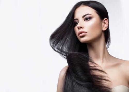 استخدم الشامبو والزيوت الطبيعية التي تقوي الشعر الناعم.