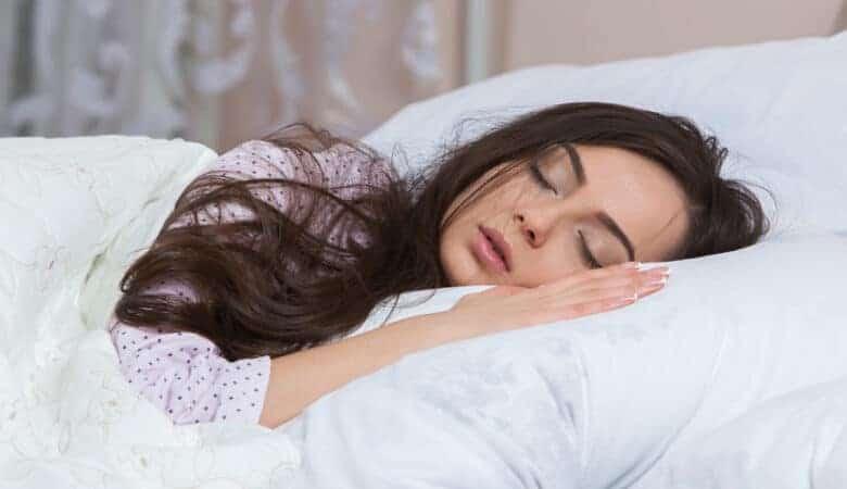 امرأة تنام بسلام