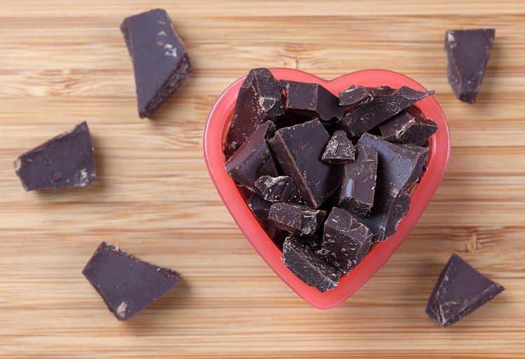 قطع شوكولاتة داكنة