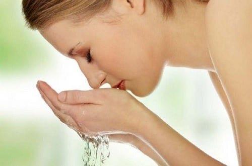 امرأة تغسل وجهها.