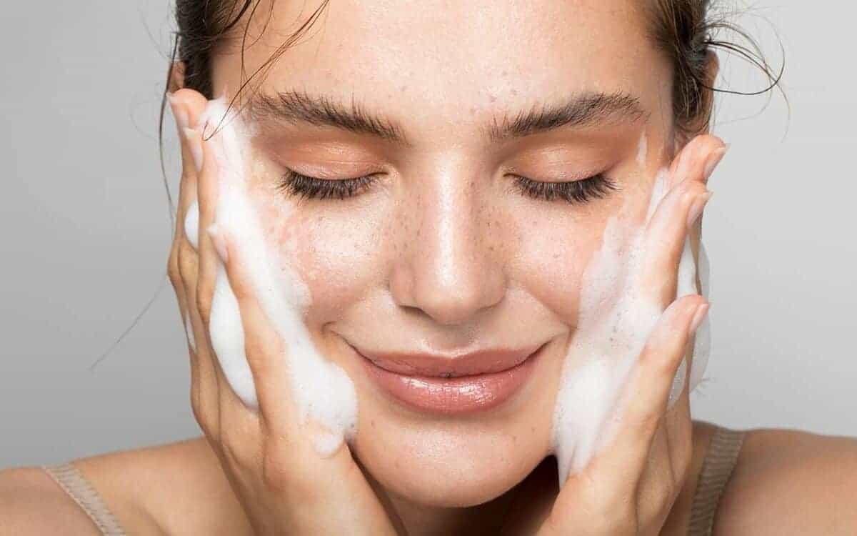5 أقنعة بسيطة لتنظيف البشرة في المنزل