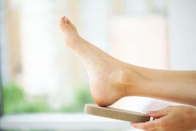 5 وصفات لتدليل بشرة القدمين لتكون بيضاء ونقية وناعمة e1628039449614