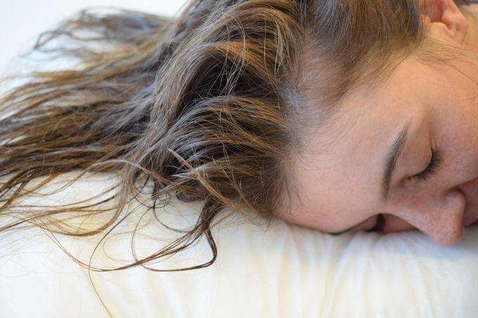 10 طرق للحفاظ على الشعر أثناء النوم