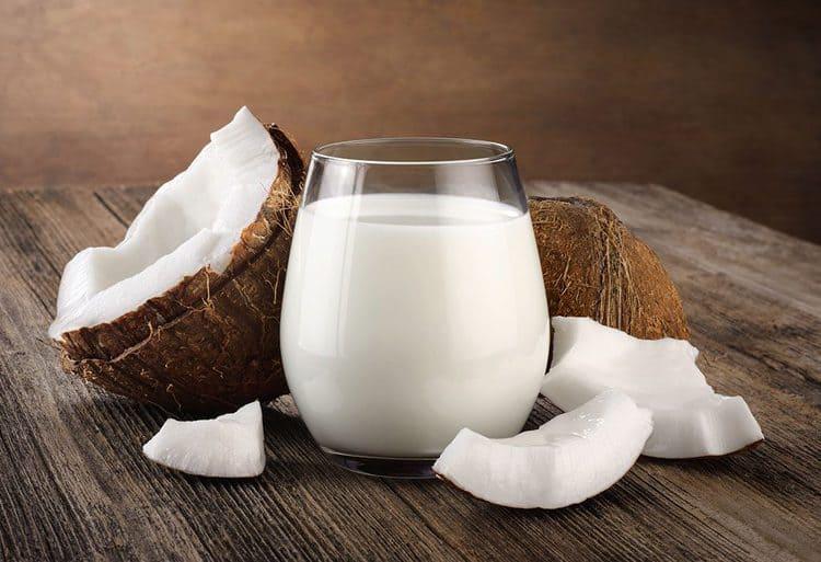 الزبادي وحليب جوز الهند