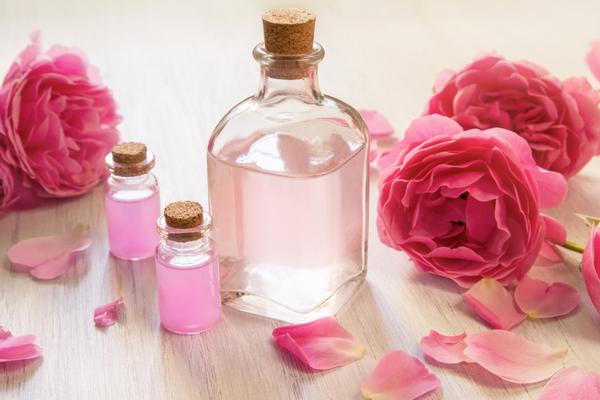 ماء الورد لعلاج جفاف العين