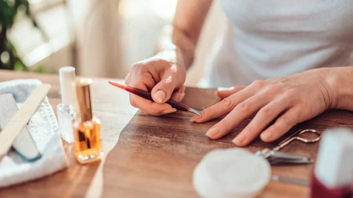 الخطوة 4: إزالة أظافر الأكريليك بأداة دفع الجلد