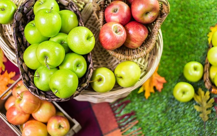 قطع التفاح العضوي الطازج في المزرعة.