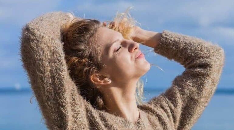5 علاجات طبيعية لحماية الشعر من الشمس