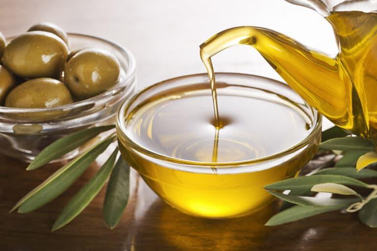 زيت الزيتون للوجه: الفوائد + طريقة التدليك