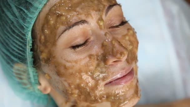 여자 얼굴에 바나나 마스크 — 스톡 비디오 © zokov #138717814