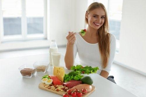 امرأة تأكل طعامًا صحيًا