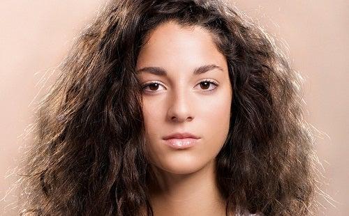 فتاة جميلة ذات شعر أسود كثيف مجعد.