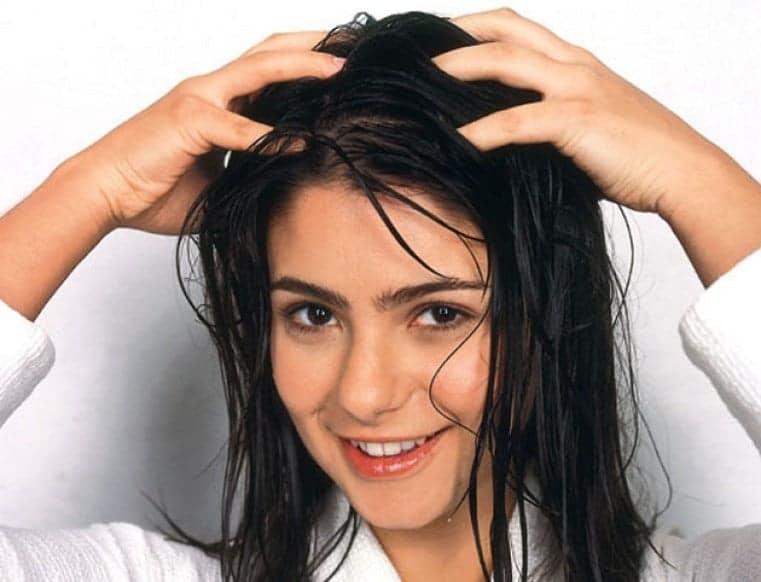 امرأة تدلك شعرها.