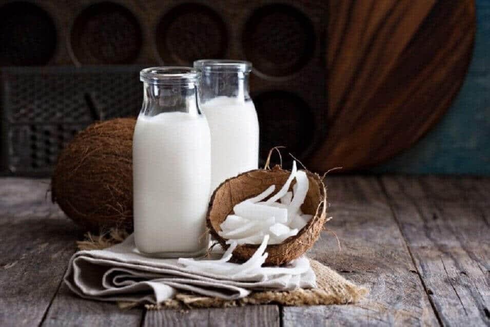 вітамін Е та кокосове молоко, щоб зробити брови товщими