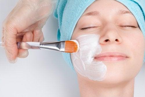 امرأة تضع قناع الوجه