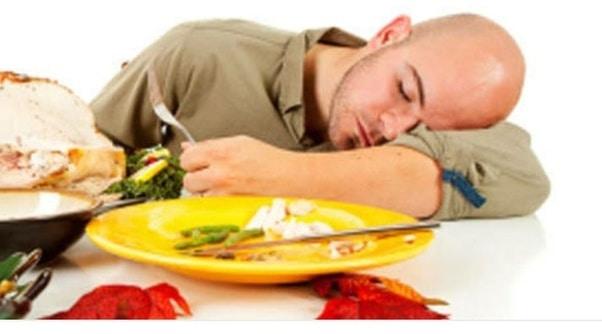 النوم بعد الأكل بكم ساعة - أونيلا