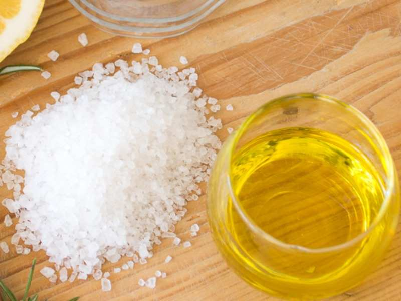 مقشر السكر البني وزيت الجوجوبا