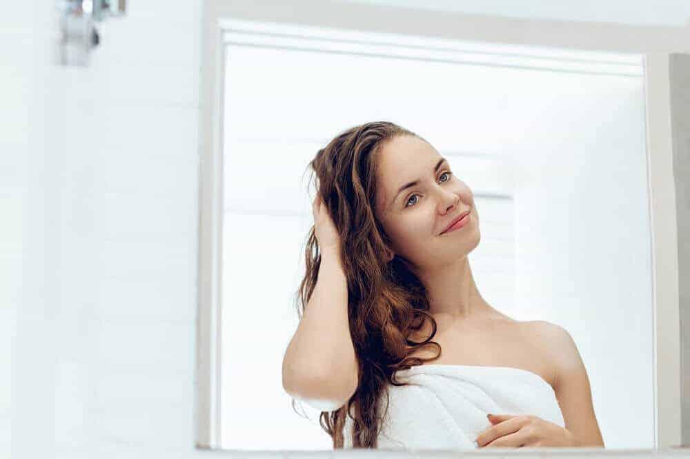 mujer mano cabello