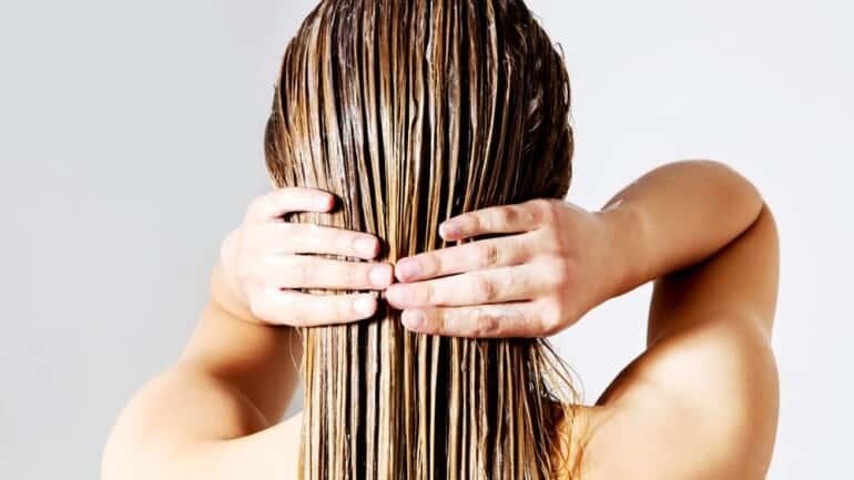 كيف تغسل شعرك بشكل صحيح وكم مرة