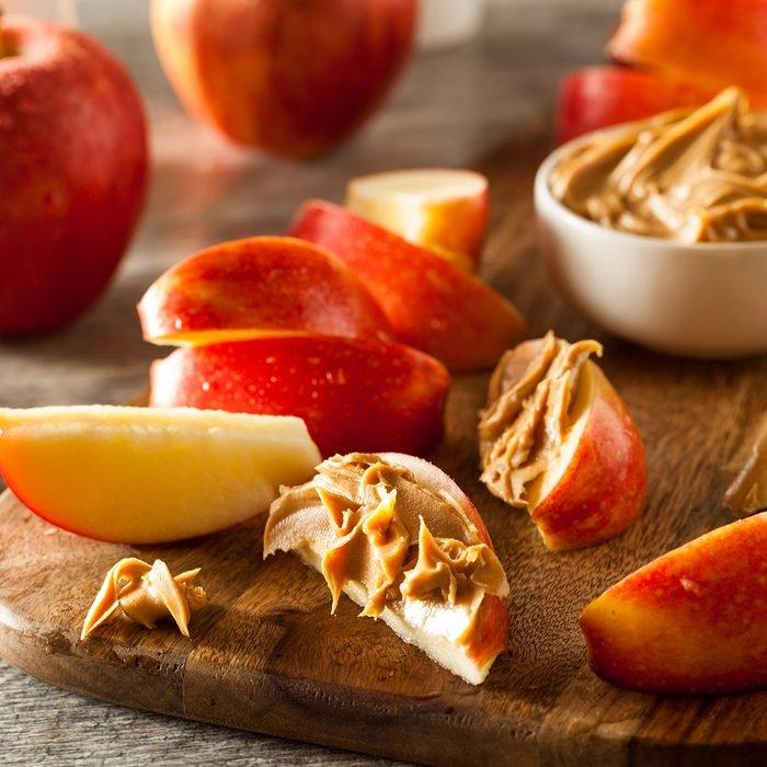 التفاح العضوي وزبدة الفول السوداني لتناول وجبة خفيفة