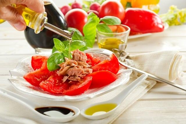 سلطة التونة والطماطم لعلاج ضربات القلب السريعة - أونيلا