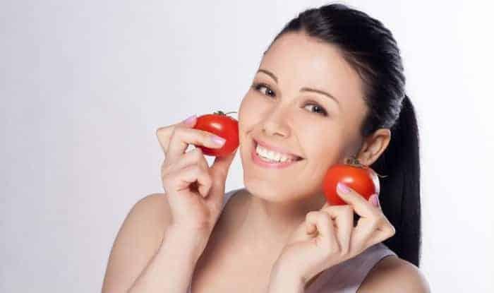أفضل 5 أقنعة وجه طماطم يمكنك صنعها بنفسك للحصول على بشرة صافية ومشرقة
